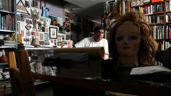 Edición Aniversaria 2007. Nelson Garrido, fotógrafo coleccionista de los objetos Kitsch. Caracas, 23-07-07 (EFREN HERNANDEZ / EL NACIONAL)