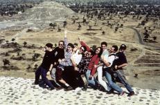 La agrupacion Desorden Publico de visita en mexico. Posan en la cima de la piramide del sol y al fondo se aprecia la piramide de la luna. (ARCHIVO EL NACIONAL)